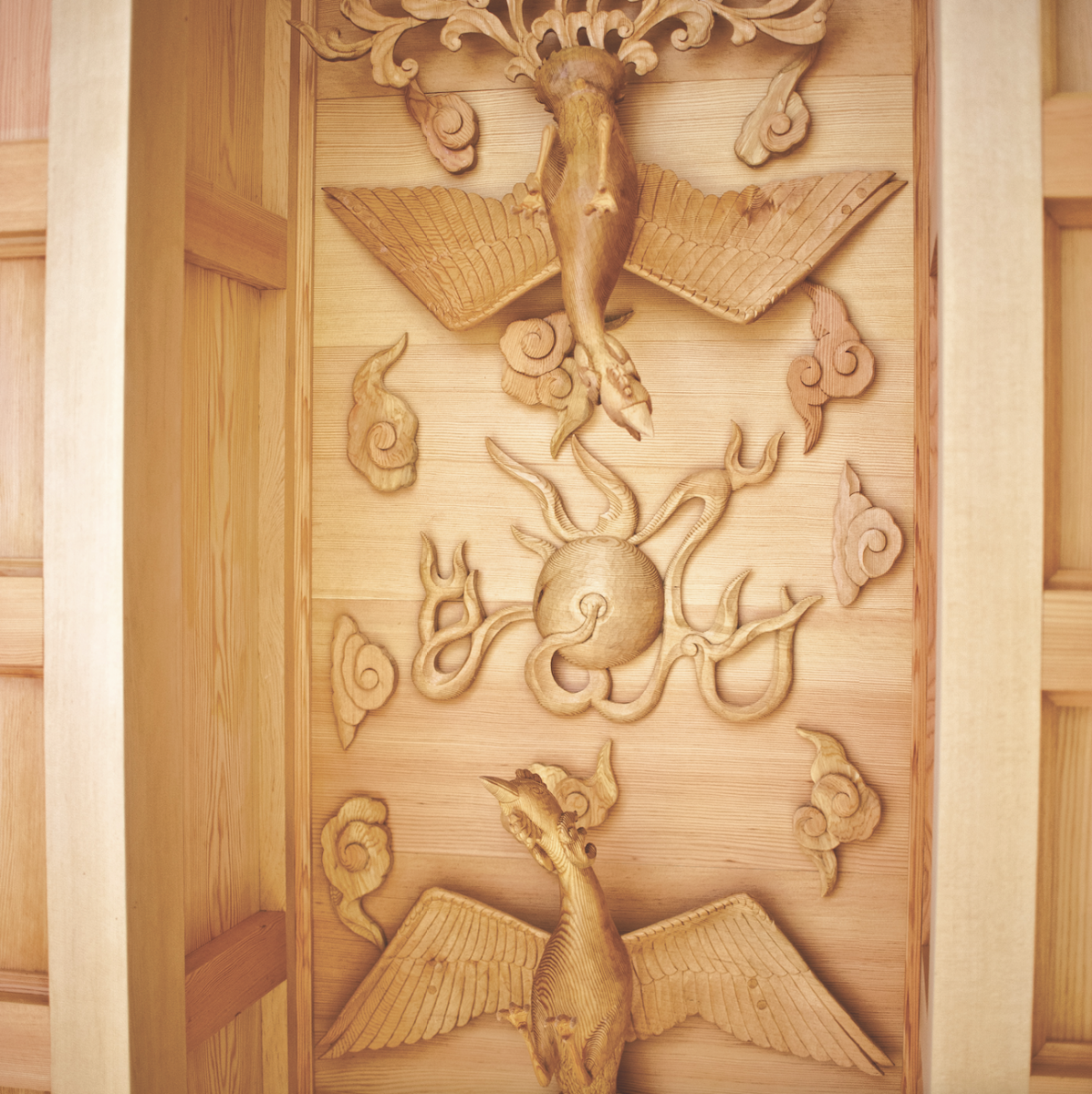 The Classroom's ceiling, featuring two wooden phoenixes forming the symbolic pearl of wisdom.