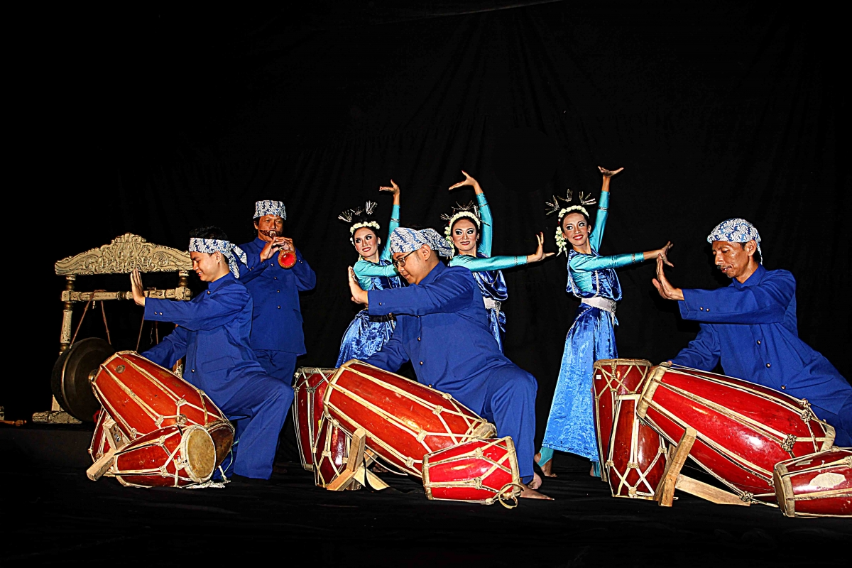 Musicians and dancers from the Indonesian College of Performing Arts in Bandung, West Java